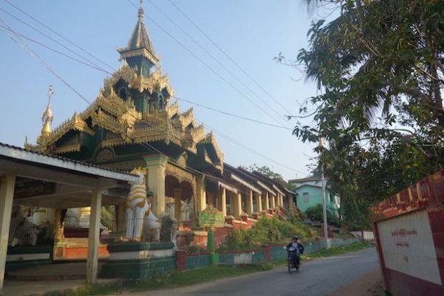 Magnifique temple bouddhiste du coté de Mawlamyine photo blog voyage tour du monde http://yoytourdumonde.fr