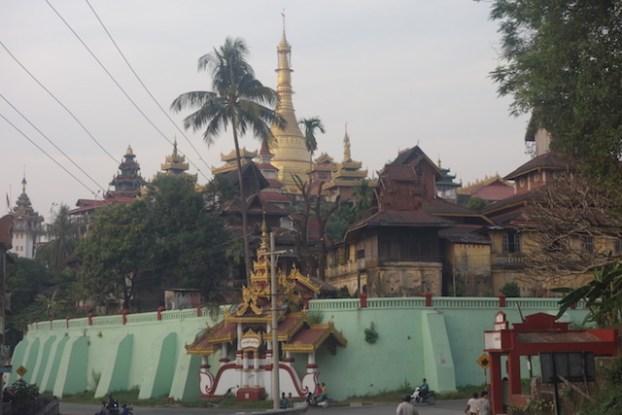 Pagode Bouddhsite à Mawlamyine mériteraient d'entrer à l'UNESCO. Photo blog voyage tour du monde http://yoytourdumonde.fr