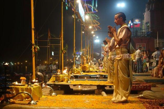 Ceremonie du coté de Desaswamedht Ghat à Varanasi. Photo blog voyage tour du monde. http://yoytourdumonde.fr