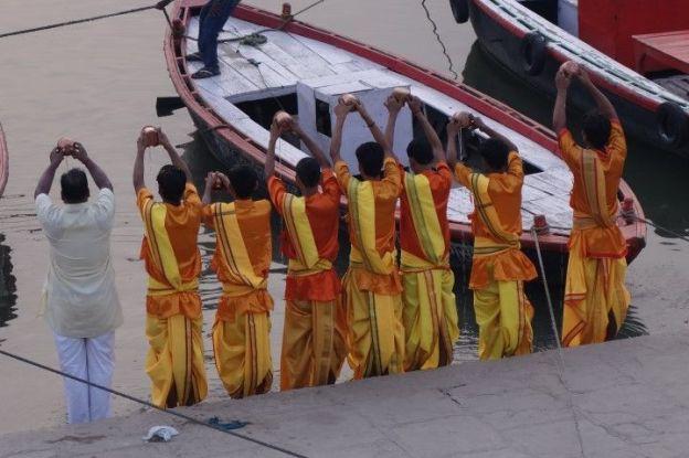 Assi ghat à Varanasi en Inde. Photo blog voyage tour du monde http://yoytourdumonde.fr