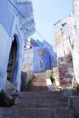 Les rues et les ruelles font un jeu de labyrinthe du coté de Jodpur en Inde dans l'etat du rajastahn photo blog voyage tour du monde http://yoytourdumonde.fr