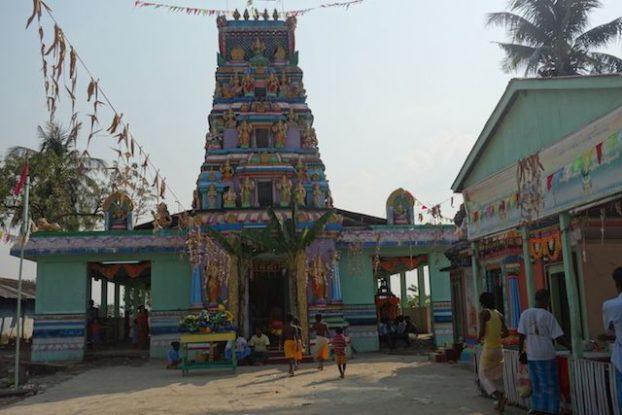 Sur l'ile de l'ogre presence d'une communauté hindouiste avec son temple voir photo blog voyage tour du monde http://yoytourdumonde.fr