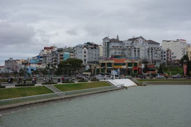 Vietnam - Dalat: Une vue de Dalat avec la ville et son lac.