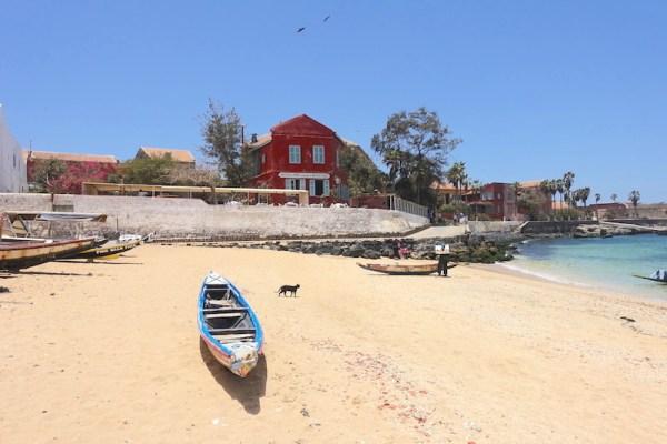 Entre plage et histoire l'ile de Gorée au Sénégal est d'une beauté incroyable. Photo blog voyage tour du monde http://yoytourdumonde.fr