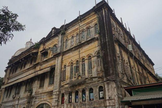 La Birmanie devrait se developper par le tourisme et Rangoon devrait faire un bon economique mais il faut refaire les façades des batiments coloniaux photo blog voyage tour du monde http://yoytourdumonde.fr