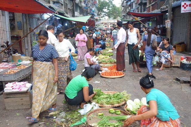 Marché à Rangoon ou meme les voitures passent photo blog voyage tour du monde http://yoytourdumonde.fr
