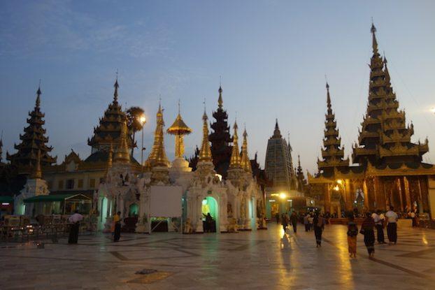 La Pagode Shwedagon avec les autres petits stupa un endroit magnifique a regarder mais aussi pour mediter photo blog voyage http://yoytourdumonde.fr