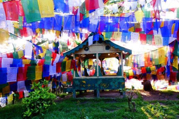 Le magnifique Mahakal Temple à Darjeeling en Inde avec drapeaux tibetains photo blog voyage tour du monde http://yoytourdumonde.fr