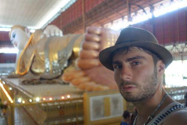 Portrait de yohann tour du onde bouddha allongé http://yoytourdumonde.fr