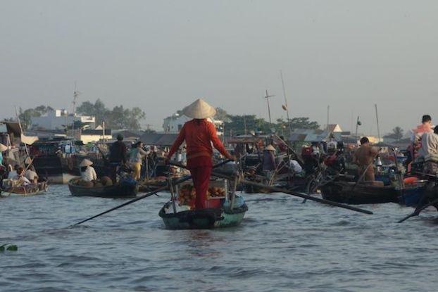 L'un des plus beaux marche flottant sur le Delta du Mekong se trouve du cote de Can Tho blog http://yoytourdumonde.fr