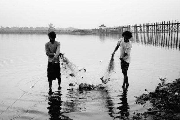 Pecheur et pont d'u bein le pont en treck le plus grand du monde en birmanie photo blog voyage tour du monde http://yoytourdumonde.fr
