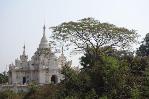 Un stupa du coté de l'ancienne capitale de Birmanie Inwa ou il ne reste presque plus rien de son age d'or photo blog voyage tour du monde http://yoytourdumonde.fr