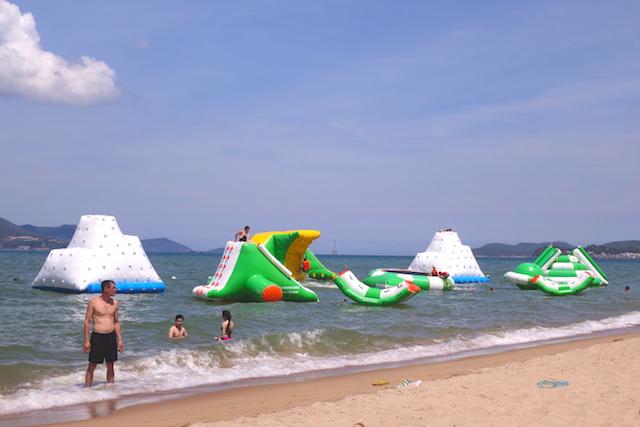 Dans la mer de Nha Trang au Vietnam les enfants et les adultes peuvent jouer avec des jeux gonflables photo blog voyage tour du monde http://yoytourdumonde.fr