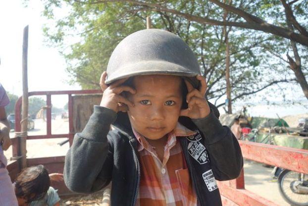 Portrait d'un jeune birman du coté de Mandalay photo blog voyage tour du monde http://yoytourdumonde.fr