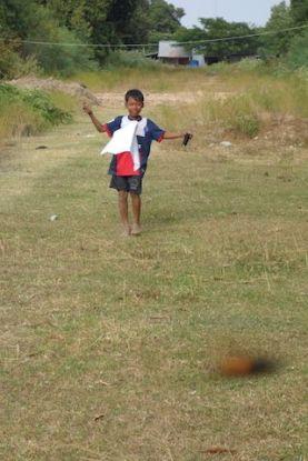 Un enfant joue au cerf volant du coté de Kep. Article complet sur le blog http://yoytourdumonde.fr