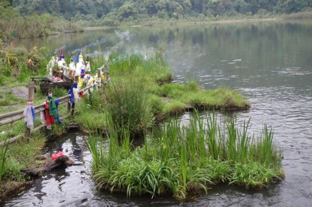 Le Lac sacré de Khecheopalri garde les mysteres et les legendes tibétaines. photo blog voyage tour du monde http://yoytourdumonde.fr