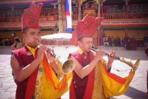Moine bouddhiste dans un temple du Ladakh photo blog voyage tour du monde