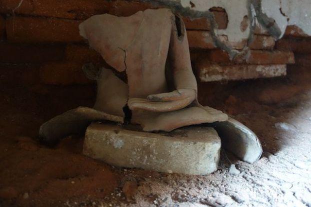 Bouddha cassé du coté des stupas et temples de Myint pres de Monywa en Birmanie ou Myanmar photo blog voyage tour du monde http://yoytourdumonde.fr