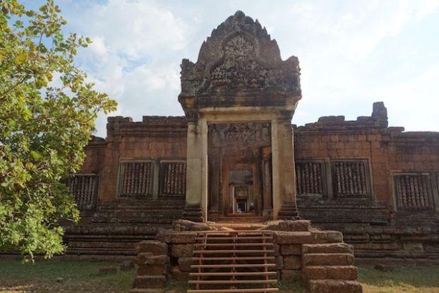 Superbe temple qu'est Banteay Srei dans les temples d'Angkor avec scupture magnifique blog photo http://yoytourdumonde.fr