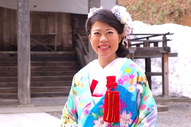 Marié dans un temple au Japon dans les Alpes Japonaises. Photo blog voyage tour du monde http://yoytourdumonde.fr