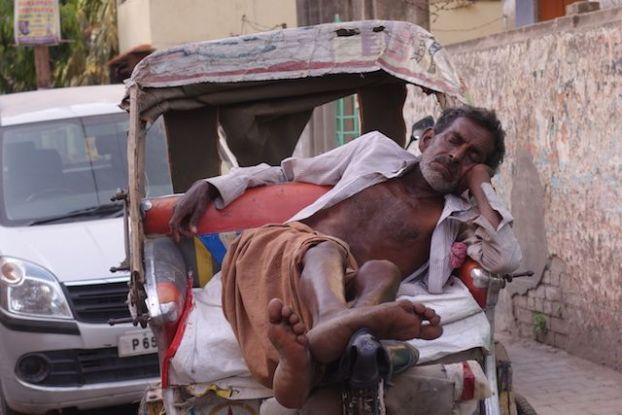 Varanasi est une ville oppressante sauf à 15h pour la sieste. Photo voyage tour du monde http://yoytourdumonde.fr