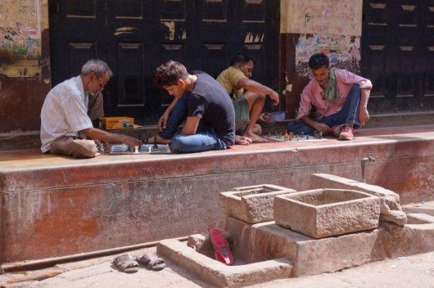 Dans l'ancienne ville de Varanasi des joueurs d'echecs. Photo blog voyage tour du monde. http://yoytourdumonde.fr