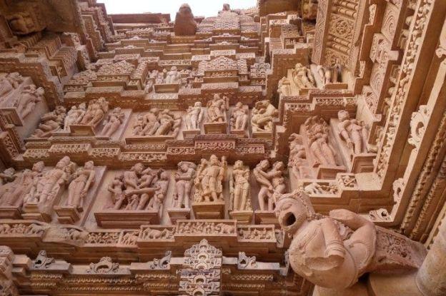 Tres belle façade d'un temple de Khajuraho en Inde photo voyage tour du monde http://yoytourdumonde.fr