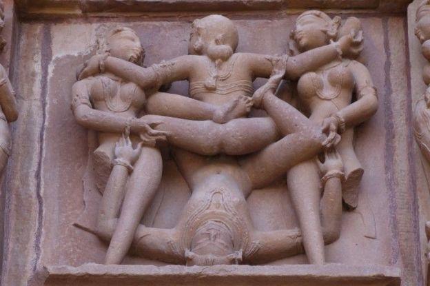 Scenes erotique de penetration dans l'un des temples de Khajuraho en Inde. Photo blog voyage tour du monde http://yoytourdumonde.fr