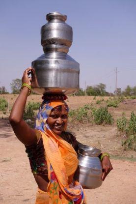 Il peut faire tres chaud à Khajuraho en Inde donc il faut enormement boire photo blog voyage http://yoytourdumonde.fr