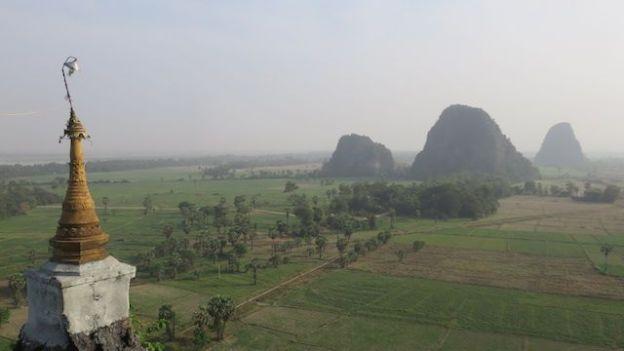 Birmanie: Riziere, temple kyauk kalap, montagne, photo voyage tour du monde http://yoytourdumonde.fr
