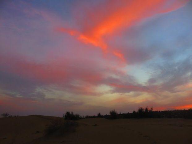 Lorsque le soleil se couche dans le desert de thar cela donne des couleurs à couper le souffle photo voyage tour du monde http://yoytourdumonde.fr