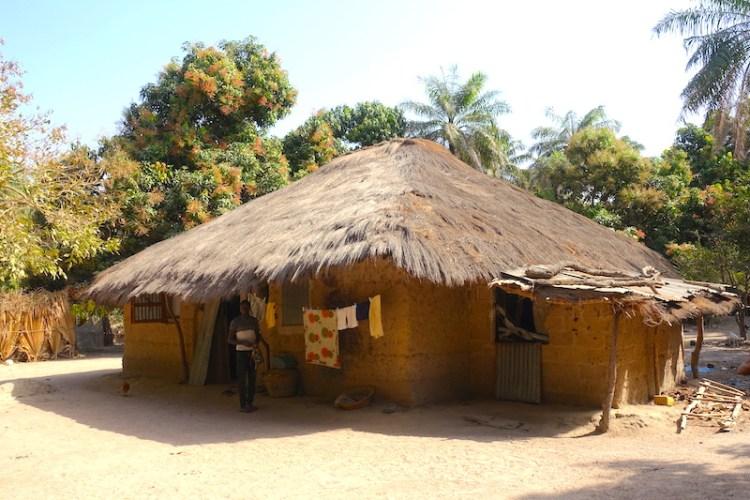 Casamance kamobeul sénégal maison case photo blog voyage tour du monde http://yoytourdumonde.fr