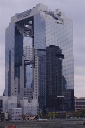 Le Sky Builing l'un des gratte-ciel les plus connues d'Osaka. Photo blog voyage tour du monde http://yoytourdumonde.fr