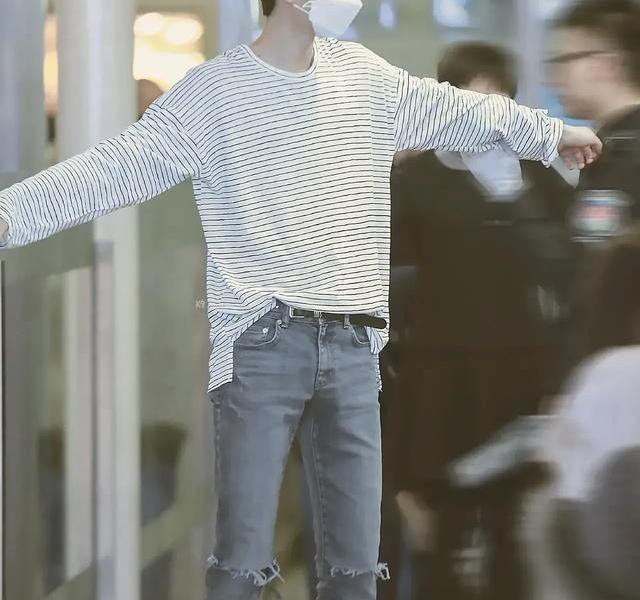 ??️ Please give me my love Dou 咵[流泪][流泪][流泪] Goodbye narrow-leg ripped jeans, colorful hair color, dysfunctional earrings and earrings ~ Brother, don't be more and more uncle, remember you are 23 years old, you are idol, you are top flow [I want to be quiet] [I want to be quiet] Now look forward to Wang Yibo. This is hip-hop and Wang Yibo's summer surfing shop. You can be young and fashionable! [heart].