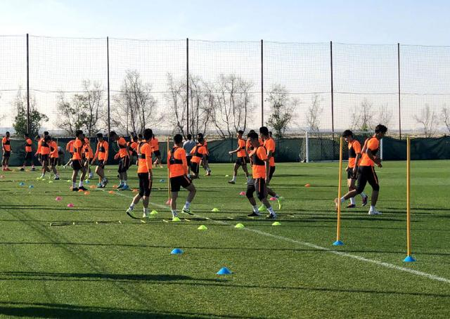 """Luneng regrouped today to prepare for battle Veteran Zhou Haibin went to the U19 national football team to""""level up"""""""