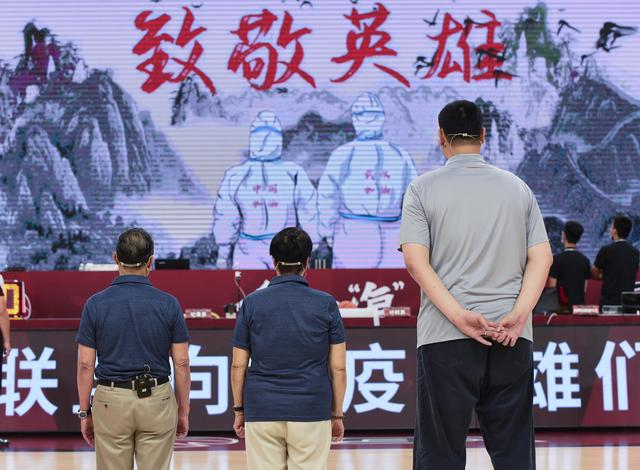 Basketball-the first stage of the CBA rematch:Yao Ming presented jerseys to Zhong Nanshan and Ms. Li Shaofen