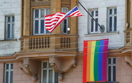 """Excessive interpretation? The US Embassy hung a rainbow flag to support the LGBT community, but Putin's position was interpreted by Reuters as a""""mocking"""""""