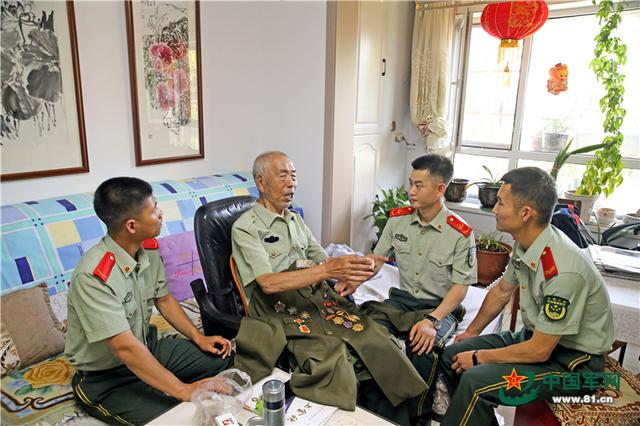 On the eve of August 1st, the officers and soldiers of the Yinchuan Detachment of the Armed Police visited and expressed condolences to the centenary war veterans
