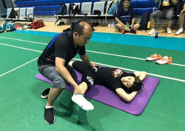 Chen Meng's training photos are hotly debated, the position of the male team doctor's palms is suspected, compared to Fukuhara Ai's stretching photos