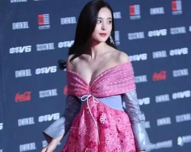 How hard does the actress fight for Bo's eyeballs? Nazha appeared in a butterfly dress, showing her good figure perfectly