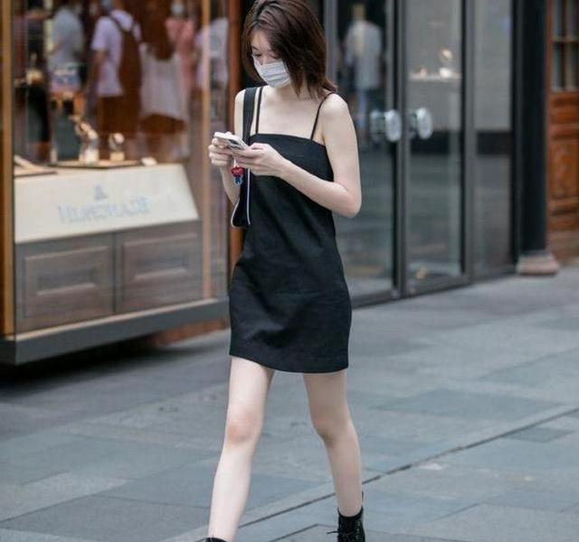 Beautiful street shooting, young lady has a pair of long, straight and white legs, not too charming