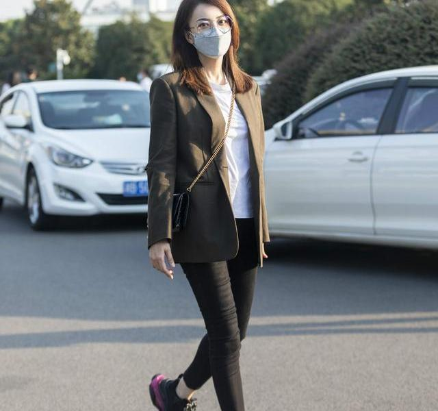 The 48-year-old beauty manager rarely shoots in the street, wearing a suit showing comic legs, younger than the 40-year-old Joey Yung