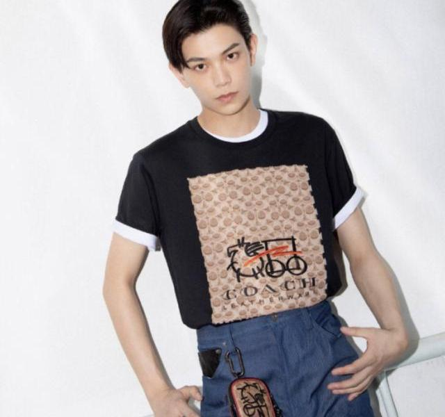 The new male god Ding Yuxi, with online appearance and acting skills, looks handsome and stylish in private clothes