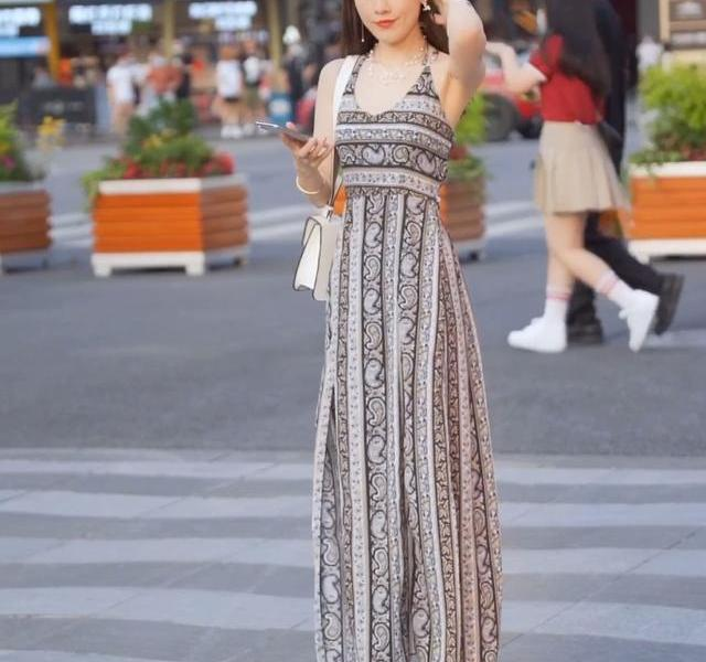 Street shot:young lady wearing a long ethnic dress, the backless style is too eye-catching, and she has a good figure