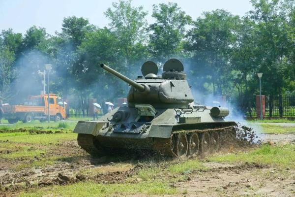 To celebrate the 80th anniversary of the school, tanks surged on the campus of BIT丨Photo