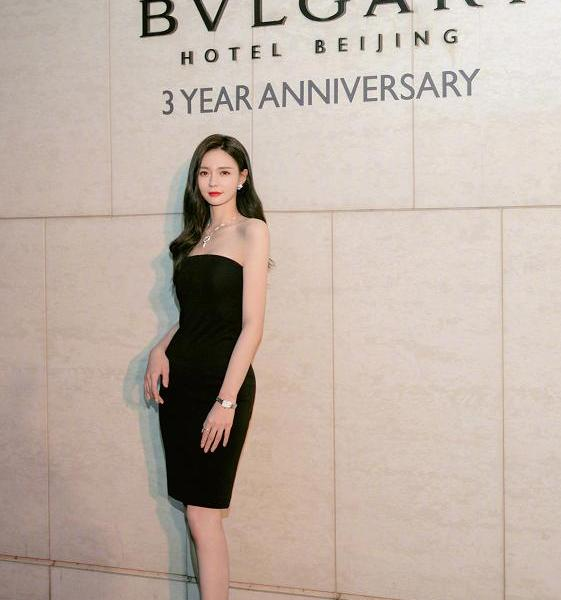 Shen Mengchen's figure is too top! Slim dress outlines graceful curves, you can play without editing