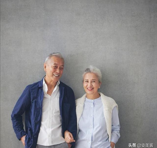 Admire this 60-year-old grandma! Dress casual but elegant, with silver hair but full of spirit