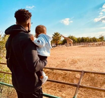 Antetokounmpo and his son visit the zoo:look, it's a jungle