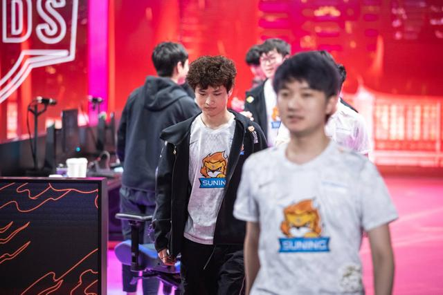 S10 finals DWG won the championship, SN won the runner-up top laner self-blame, the assistant was asked to cry and cry