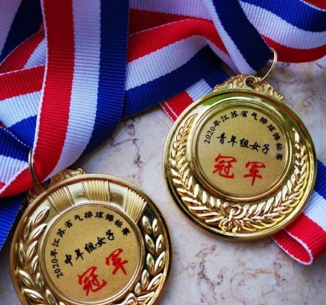 """Lianyungang women's volleyball team crowned""""double crown king"""" sonorous rose blooming in the provincial stadium"""